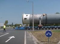 Gigantikus jármű haladt Tiszaújvárosnál