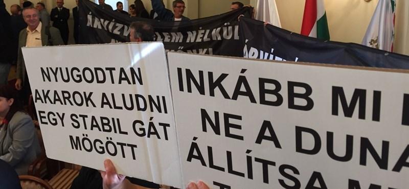 Demonstrációval kezdődik a közgyűlési vita a Rómairól – fotók