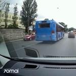 Videóra vették, ahogy egy BKV-busz fékezés nélkül áthajt a piroson a Fiumei úton