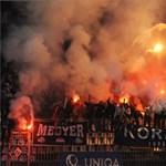 Botrány az Újpest-Fradin, füstbombák, szétszedett fémkerítés