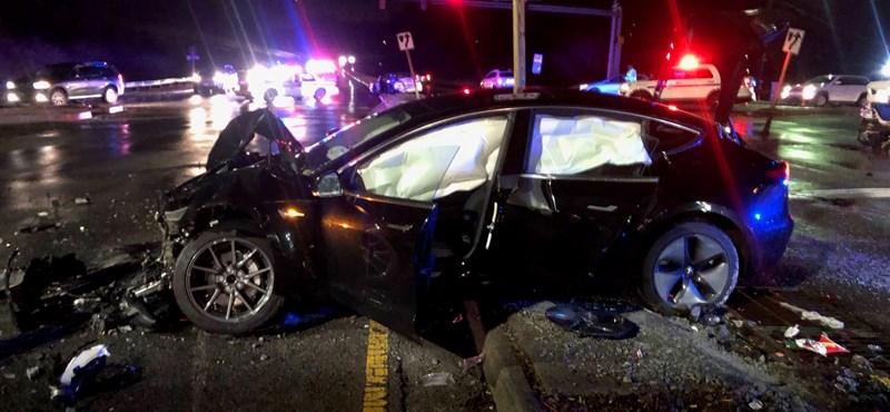 96 km/h-val csapódott álló autóba egy Tesla Model 3, a mentősök sem hittek a szemüknek