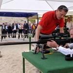 Mesterlövészpuskával avatott lőteret Benkő Tibor honvédelmi miniszter