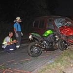 Balesetfotók: meghalt a motoros, de a motor állva maradt