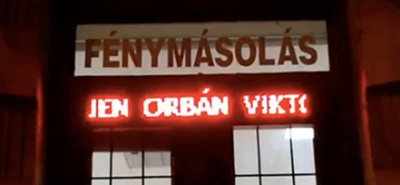 Ön szerint Orbánnal vagy Orbánon nevetnek ebben a szegedi fénymásolóban? Nézze meg, aztán döntsön