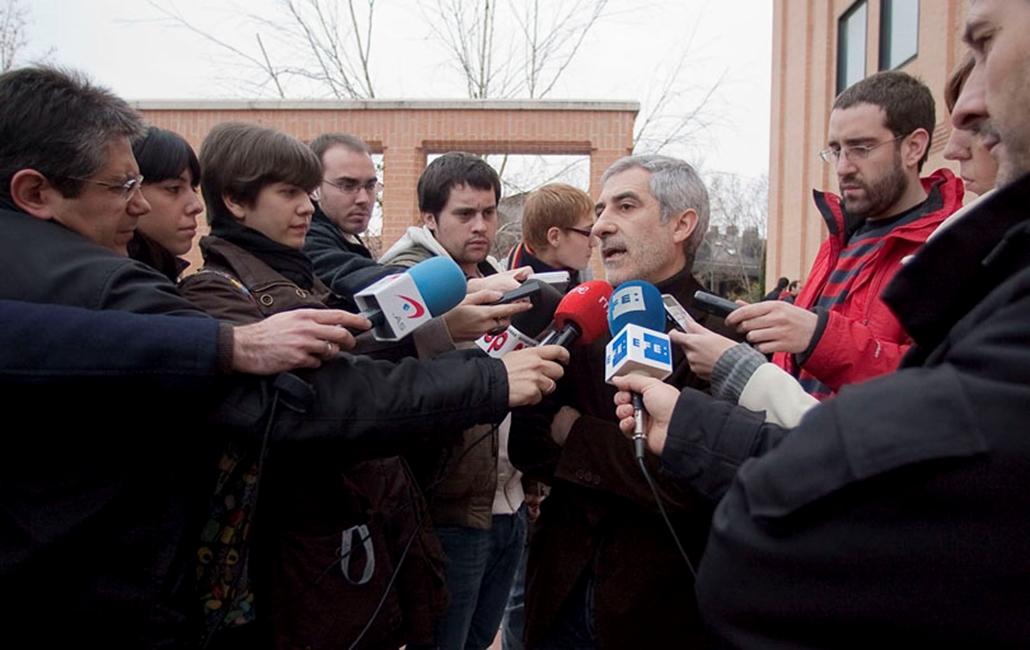 Gaspar Llamazares, a spanyol Egyesült Baloldal párt elnöke és parlamenti képviselője riportereknek nyilatkozik Madridban 2010. január 16-án. Az amerikai Szövetségi Nyomozóhivatal, az FBI elismerte, hogy Llamazaresnek a Google képkeresőjéről levett fotóját felhasználva készítette el Oszama bin Laden fantomképét.