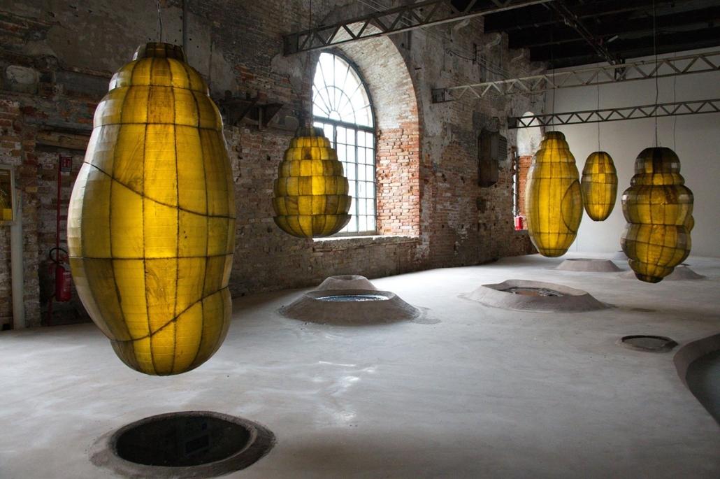 kka. Nagyítás 58. Velencei Biennálé AnickaYi dél-Koreai művész Biológiai gép című installációjában igazi lepkék élik bebörtönzött életüket a sárga műanyag burokban