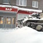 Harckocsival hajtott be az italboltba a már nem szomjas orosz – videó