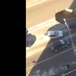 Így szakad be egy víznyelő lyuk, az autók alig tudják kikerülni - videó