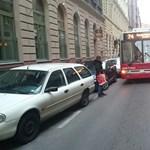 Most a 74-es trolit blokkolta egy figyelmetlen BMW-s – fotók