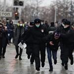 Zacskót húztak egy Navalnij-párti tüntető fejére kihallgatáskor, de a Kreml szerint nincs elnyomás