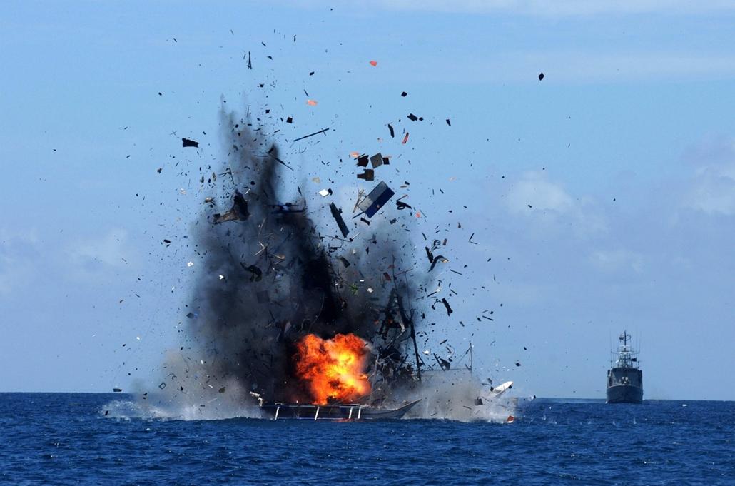 epa.15.05.21. - Bitung, Indonézia: indonéz tengerészet felrobbant egy illegálisan tevékenykedő külföldi halászhajót Észak-Sulawesinél - 7képei, halászat