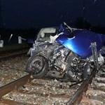 Peugeot-t zúzott rommá a vonat Ajaknál - fotó