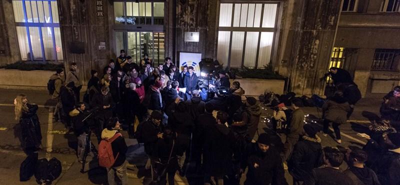 Vitára hívják Orbánt a diákok