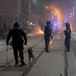 Rendőrökre, újságírókra támadtak a szigorítások ellen tüntetők Lipcsében