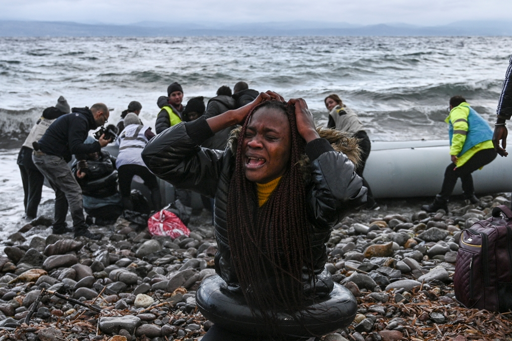 NAGYÍTÁS ÉV KÉPEI A woman reacts as a dinghy transporting 27 refugees and migrants originating from Gambia and the Republic of Congo lands in Lesbos island after they were rescued by a war ship during their sea crossing between Turkey and Greece on Februa
