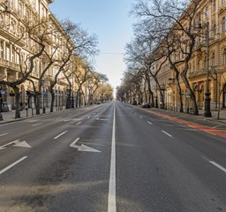 Kiürült a főváros, képeken a kijárási korlátozás első napja