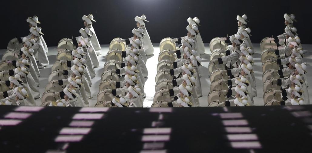 AP!!! Feb20ig - Téli olimpia 2018 - Dobosok a phjongcshangi téli olimpia megnyitóján az olimpiai stadionban 2018. február 9-én.