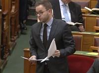 Kirúgtak egy kormányhivatalnokot, miután Orbán Balázs egy álhírrel magyarázta a trágyaszagot