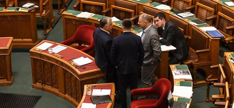Megszavazta a Fidesz: elvették a közalkalmazotti státuszt a kulturális szférában