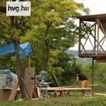 Alapozástól a beköltözésig egy hét: elmentünk a faházvárosba – videó
