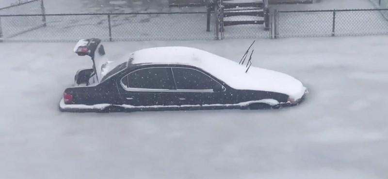 Nem szeretnénk erre ébredni: jégbe fagytak az autók Amerikában – videó