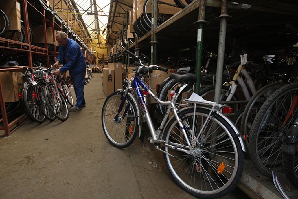 Raktárban állnak a kész biciklik. A csepeli gyár termelési igazgatója szerint évente 2-300 ezer új biciklit adnak el Magyarországon. Rácz Levente elsősorban a bodeni tó partján, Friedrichshafenben tartott Eurobike szakkiállítást látogatja, az itt látottak alapján úgy véli, mostanában inkább az új dizájnelemek játszanak, színes alkatrészek, színes fékek lesznek a divatosak. Technológiában világmegváltó újdonságokkal nehéz előrukkolni.