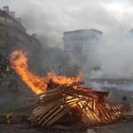Rendőrökkel csaptak ösze a tüntetők Párizsban - már 122-en őrizetben - fotók