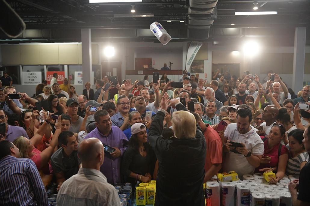 Trump nagyítás afp. 2017 október 13 Papírtörlőtdobál a Maria hurrikán után Puerto Rico