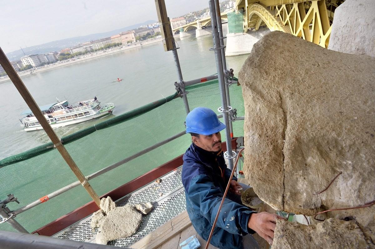 Fotók: már zajlik a Margit híd pillérszobrainak restaurálása