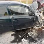 Fotók: Egy ember meghalt, ketten súlyosan megsérültek a rommá tört kocsikban