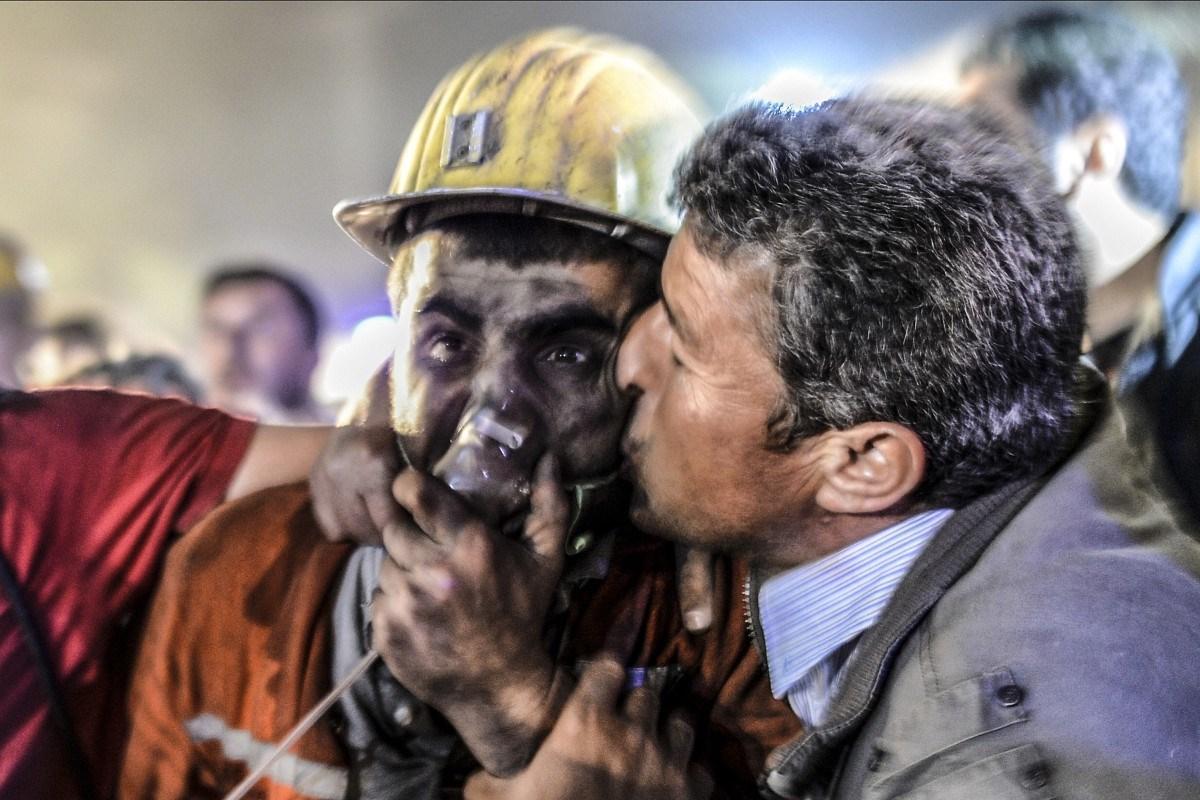 A nap képe: atyai csók a bányaszerencsétlenséget túlélt fiúnak