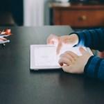 Friss kutatás: tényleg káros a gyerekekre a túl sok tévénézés és tablezetés?