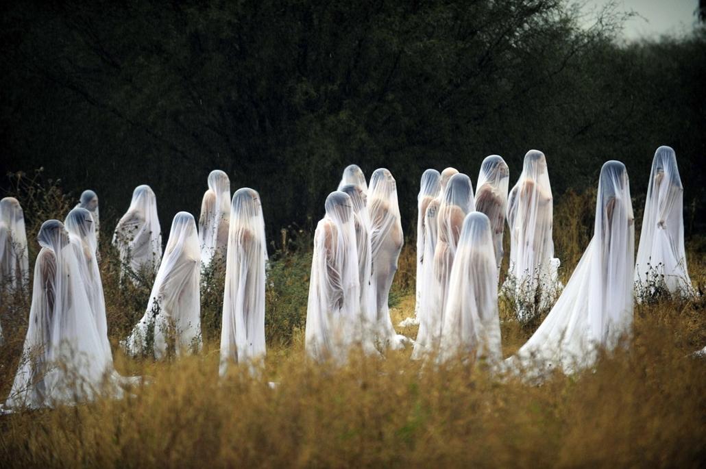 afp. Mexikó: meztelen önkéntesek az amerikai fényképész, Spencer Tunick legújabb alkotásában - hét képei nagyítás