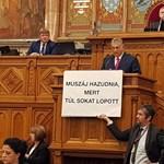 Kavics lehet Orbán cipőjében Hadházy, ezért üldözi a teljes kormánymédia