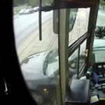 Így reagálnak a villamosvezetők, ha autó hajt a villamos elé – videó