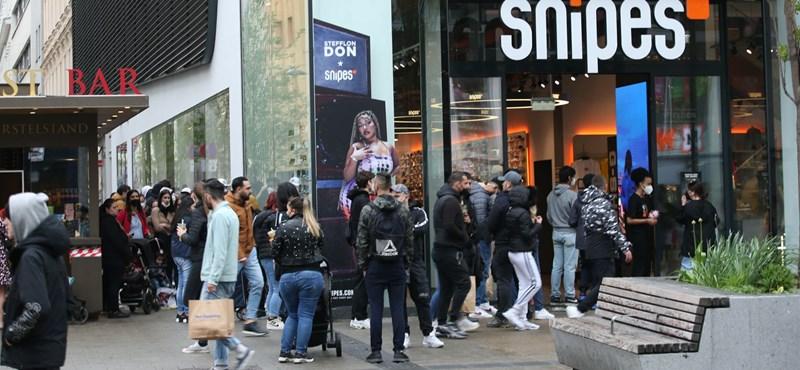 Bécsben megrohamozták az üzleteket a vásárlók, miután feloldották a korlátozásokat