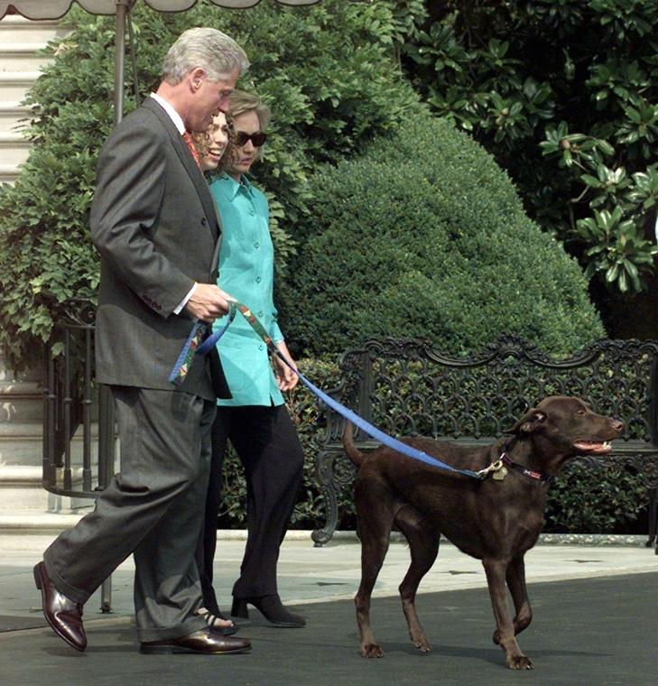 1998.08.18. - A CLinton család sétája a Fehér Ház kertjében. Egy nappal korábban elismerte: kapcsolata volt Lewinskyvel - CLNTNAGY