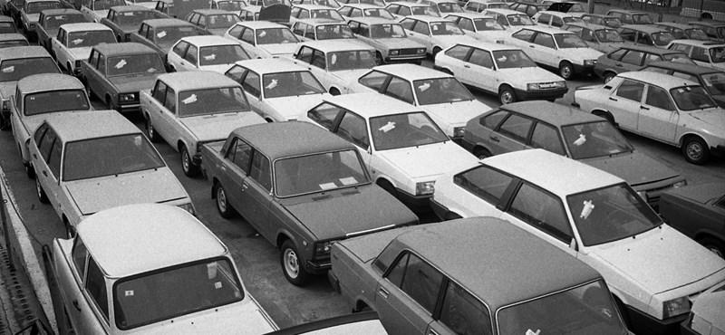 Itt egy '89-es fotó, ami szerint 5 évet kell várni egy 1300-as Zsigulira