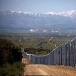Kilenc méter magas betonkerítést épít Izrael a határára