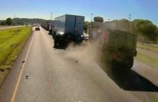 Négy autós karambolozott, mert száguldozott egy teherautós