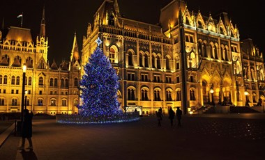 Így tündököl a Kossuth téren az ország karácsonyfája – fotók
