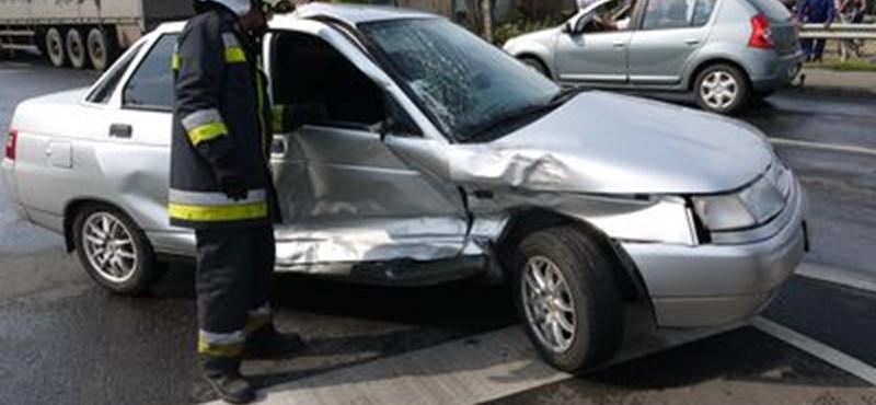 Négy autót tört össze egy sávváltással - fotó