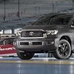Európában hibridezik a Toyota, de az USA-ban 5,7 literes V8-assal nyomul