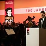 Elbeszélt egymás mellett Áder és Merkel a reformációs megemlékezésen