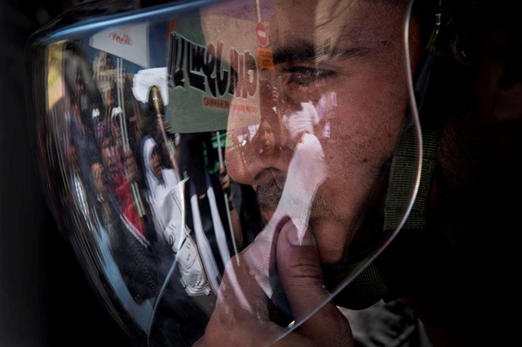 Tüntetők tükröződnek vissza egy izraeli rohamrendőr sisakján , arab világ, tüntetések, mohammed próféta