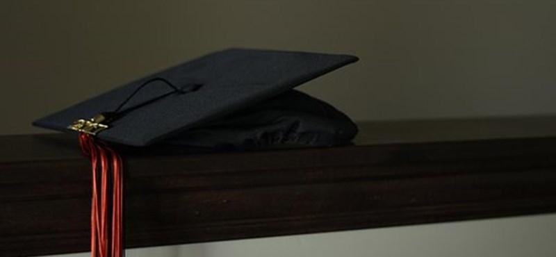 Virtuális diplomaosztó helyett személyesen vehetik át az oklevelüket a Kaposvári Egyetem végzősei