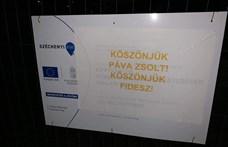 A Fidesznek és Páva Zsoltnak köszönetet mondó feliratok lepték el Pécset