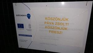 A Fidesznek és Pávának köszönetet mondó feliratok lepték el Pécset