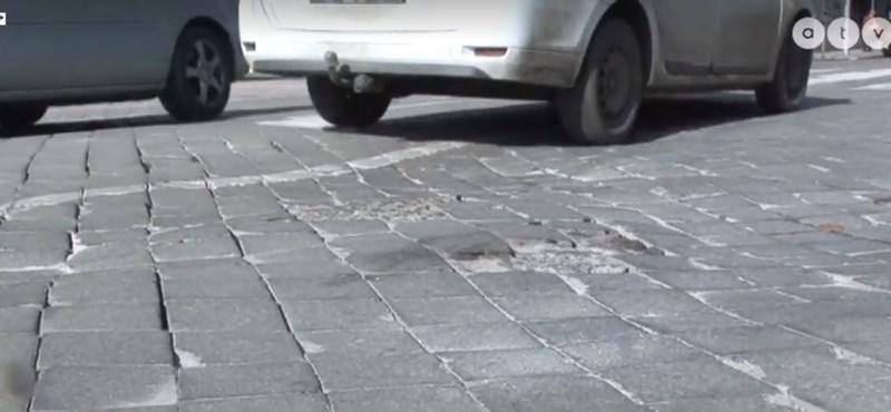 Járhatatlan az út Pécsen, tíz éve csak a kockaköveket cserélgetik