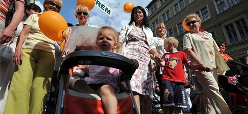 A kismamákat nem védené tovább a szaktárca, a Fidesz viszont fogadkozik